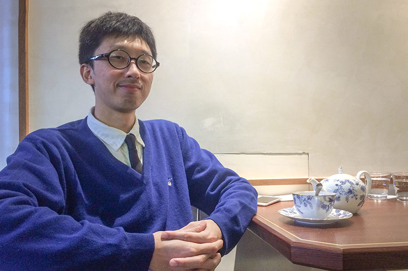 Cao Yin poses for a photo at a café in Shanghai, Jan. 19, 2018. Bibek Bhandari/Sixth Tone