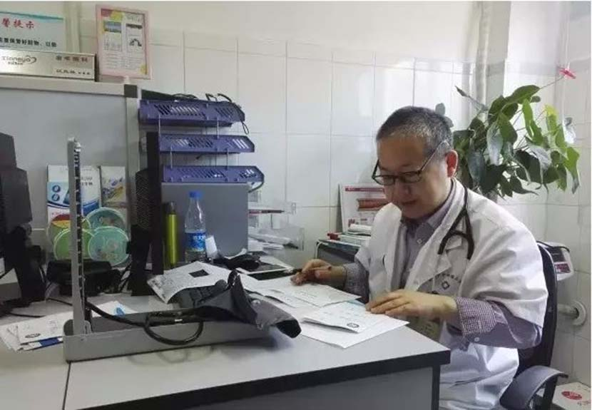 Jiang Fenglin at work in his office. From Weibo