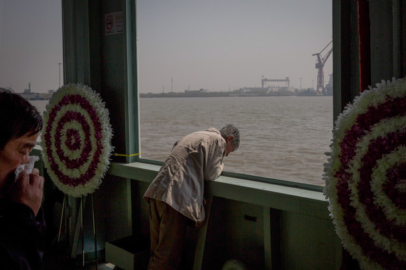 People weep after a sea burial in Shanghai, April 1, 2018. Shi Yangkun/Sixth Tone