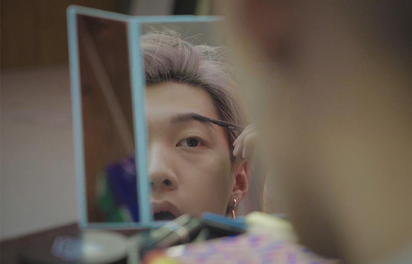 Che Huixuan puts on makeup in Beijing, March 23, 2018. Tang Xiaolan/Sixth Tone