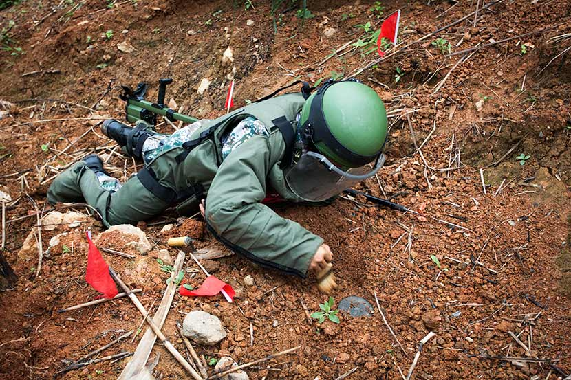 A soldier removes mine in Yunnan province, Dec. 11, 2015. Courtesy of Yunnan Minesweeping Brigade